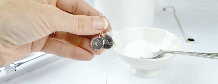 Cómo limpiar joyas de plata con seguridad